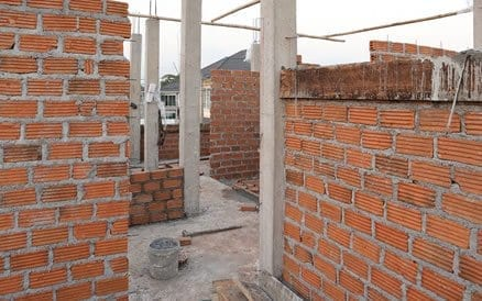 Een architect ontwerpt, calculeert en -op verzoek- begeleidt een deel of de complete bouw.