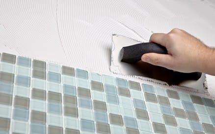 Precisie is van groot belang bij het zetten van tegels.