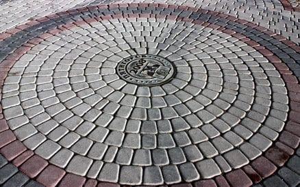 Er zijn tientallen bestratingspatronen mogelijk, echter niet elk patroon is geschikt voor elke steensoort. Laat u goed informeren.