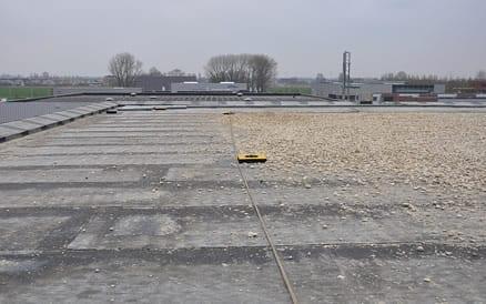Dakbedekking wordt vaak bedekt met grind ter bescherming tegen zon, wind en storm.