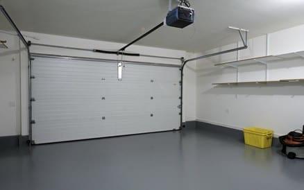 Elektrisch bedienbare garagedeur.