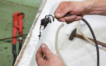 Rioolproblemen door verstopping kunnen zowel mechanisch als met waterdruk worden opgelost. Chemische ontstopping wordt niet geadviseerd. Rioolaanleg & Rioolreparatie